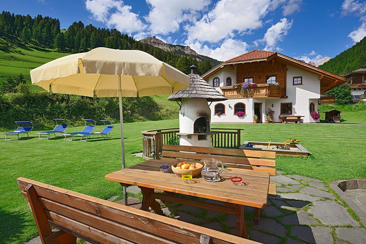 Garni Residence con terrazza soleggiata e vista sulle Dolomiti.
